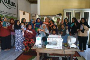 Tim Pelaksana PPM PPPUD 2019 Dampingi Penenun di Kampung Wisata Tenun Khatulistiwa Lakukan Diversifikasi Produk Tenun Corak Insang