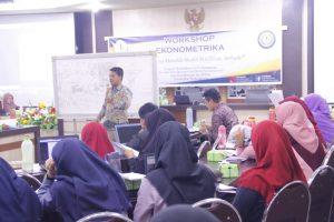 Workshop Ekonometrika, bagimana cara memilih model terbaik