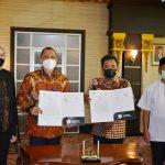 Rektor Untan, Prof. Dr. Garuda Wiko, S.H., M.Si.,FCBArb dan Vice President PT Pegadaian Area Pontianak, Mukhlis Hasriyadi menandatangani langsung MoU di Gedung Rektorat Untan, Jalan Prof. Dr. H. Hadari Nawawi, Jumat (23/4/2021).